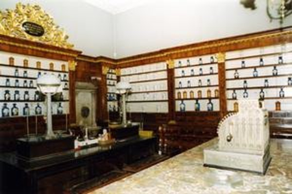 Ako vyzerala lekáreň Salvator si mnohí pamätajú, aj keď už takmer 15 rokov leží jej nábytok v depozite a v interiéri zostali len štukový strop a mozaiková dlažba.