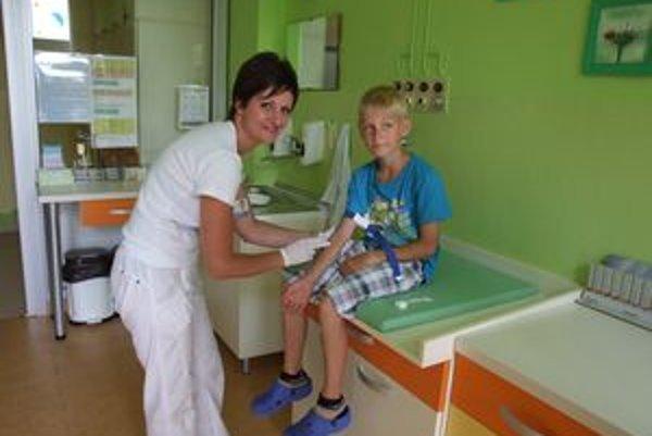 Vrchná sestra Katarína Bílková s pacientom Adamom vo vynovenej ošetrovni.