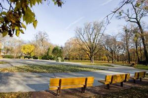 V sade je okolo 190 lavičiek, ich obnova je rozdelená na niekoľko rokov. Často ich poškodzujú vandali.