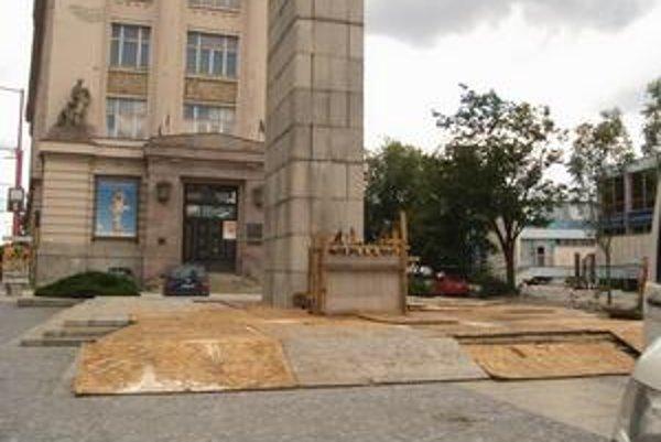 Koncom minulého týždňa začali s odstraňovaním pylóna na ktorom stála socha leva.