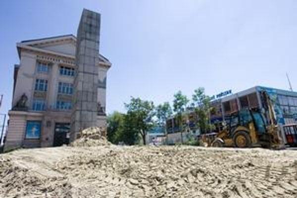 Podstavec pamätníka stavbári zakryli a zasypali pieskom. Potom sa mohli začať búracie práce.