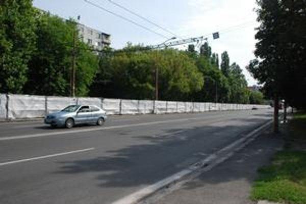 Gagarinova a Ďatelinová ulica v bratislavskom Ružinove sa majú prepojiť. Ide o vynútenú investíciu pre spornú stavbu Retro. Stavebník ohradil celý pás zelene na Gagarinovej, ľudia sa boja výrubu. Padnúť má vraj len šesť stromov.