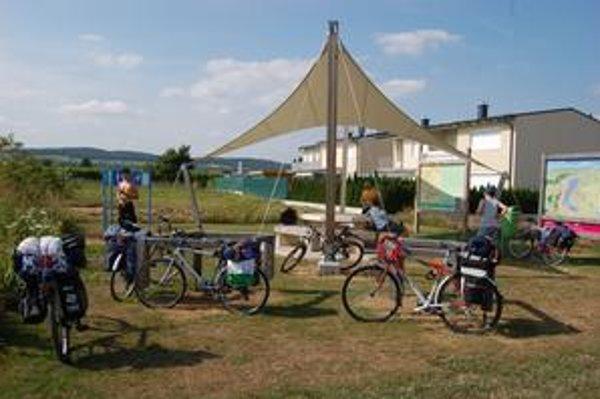 Pravidelne rozmiestnené odpočívadlá poskytujú cyklistom miesto na posedenie aj v tieni, mapu s dôležitými informáciami o okolí, pitnú fontánku a dokonca návod na cyklistickú rozcvičku.