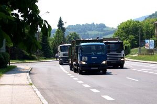 Nebezpečná cesta. Mnohé kamióny cez Kremnicu jazdia prirýchlo.