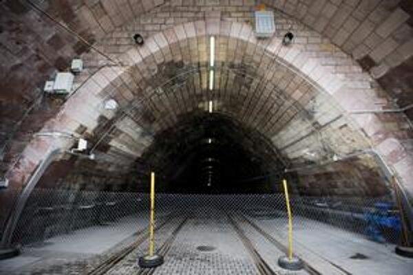 Hoci je tunel po svojej ročnej prestavbe hotový už od júna, pre cestujúcich ho majú otvoriť začiatkom septembra. Oprava osemstometrového tunela stála približne 8,3 milióna eur.