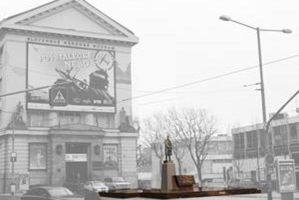 Socha T. G. Masaryka bude stáť pred budovou Prírodovedného múzea SNM na novom podstavci. Výber odtieňa kameňa musia schváliť pamiatkari.