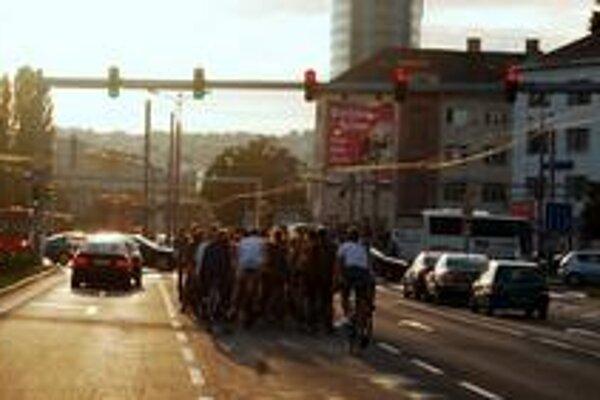 Pohyb cyklistov v meste býva aj obmedzený a nebezpečný.