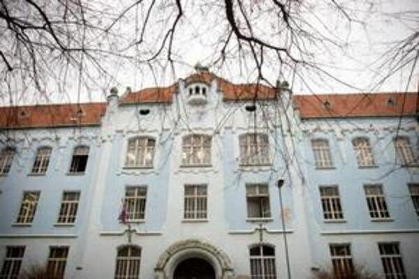 Pred rekonštrukciou mala škola modrú fasádu. Dnes má fasáda gymnáziua farebnosť sivo žlto maslovú.