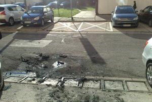V noci na štvrtok podpálili na Hálovej služobné auto členovi vedenia Tiposu. Po VW Passat ostal zhorený asfalt, oheň poškodil aj vedľa stojaci VW Golf.