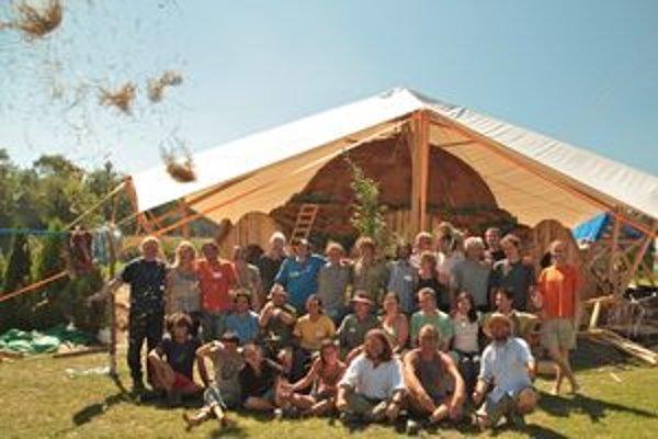 Na workshope sa zúčastnilo 24 záujemcov z 12-tich krajín Európy a z Kanady. V pozadí stojí nedokončená slamená kupola.