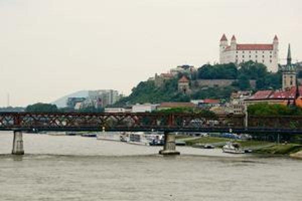 Električka má viesť cez Starý most. Ten je v havarijnom stave vstup naň je zakázaný.