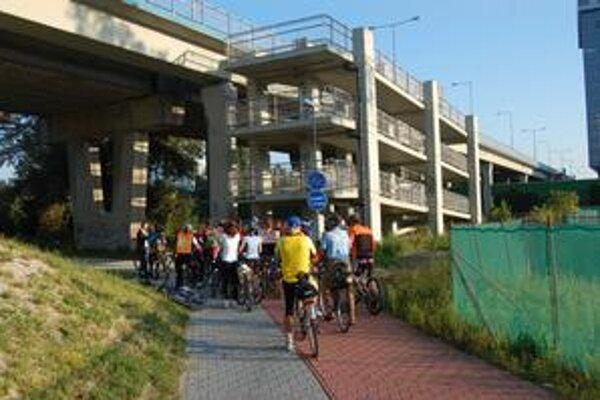 Cyklisti pred lávkou na Jantárovej ceste. Zákruty sú tu také ostré, že je problém ich na bicykli vybrať, navyše cyklisti musia na začiatku zosadnúť kvôli chodcom.