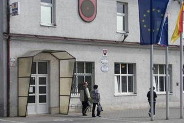Mestský úrad v Žarnovici. Mnohí obyvatelia hľadajú pomoc u primátora.