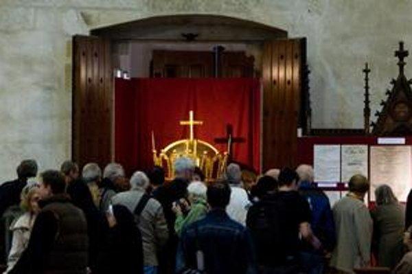 Pozlátená koruna je vystavená v Dóme.