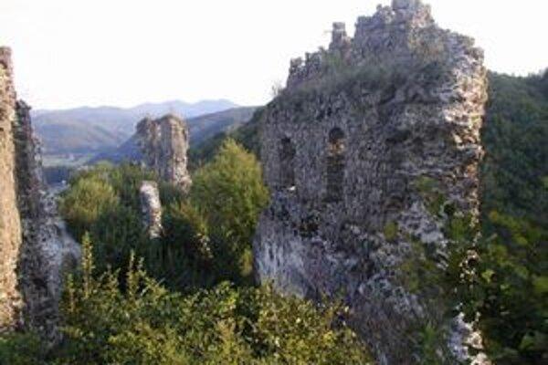 Premenu hradu na kopu sutiny chcú zastaviť aktivisti.