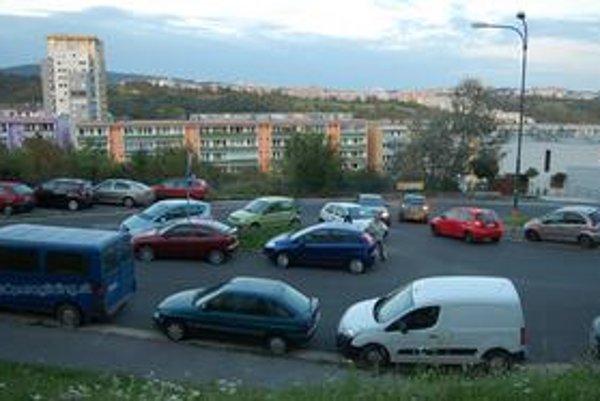 Dlhé diely fungujú ako nocľaháreň, cez noc sú úplne všetky miesta zastavané autami. Miestny úrad neeviduje počet áut, na niektoré byty pripadá viac než jedno auto.
