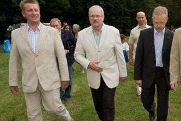 Na fungovanie skupiny bola kľúčová spolupráca so starostom Rusoviec Dušanom Antošom.