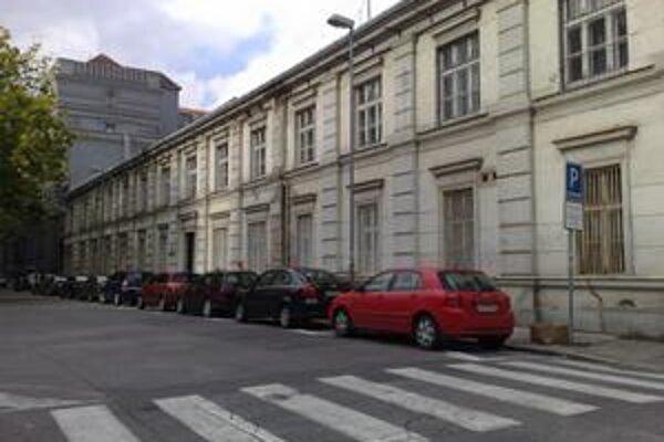 Vyhradené parkovanie na Lazaretskej.