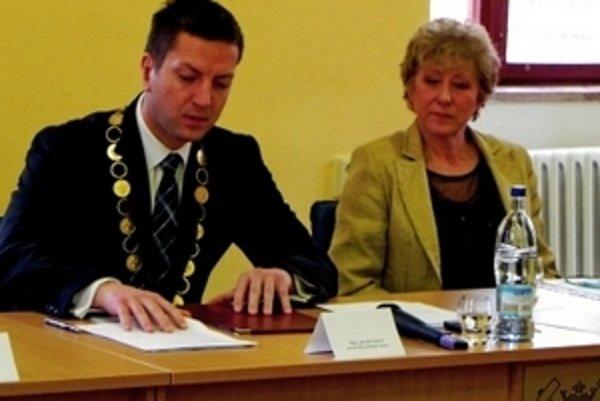 Súčasný novobanský primátor Ján Havran a jeho predchodkyňa Anna Miháliková.