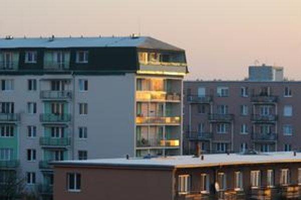 Starosta je podľa všeobecne záväzného nariadenia oprávnený prideliť desať bytov v kalendárnom roku prednostne bez odporúčania bytovej a sociálnej komisie.