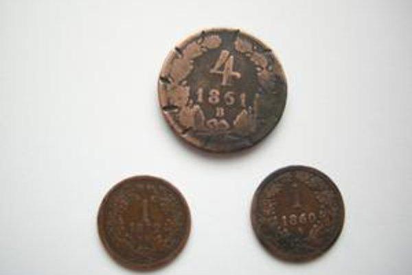 Pri výmene pôvodných okien sa našli mince z čias Jozefa II.