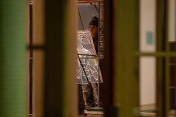 Večer pri odstraňovaní vitráží asistovala polícia.