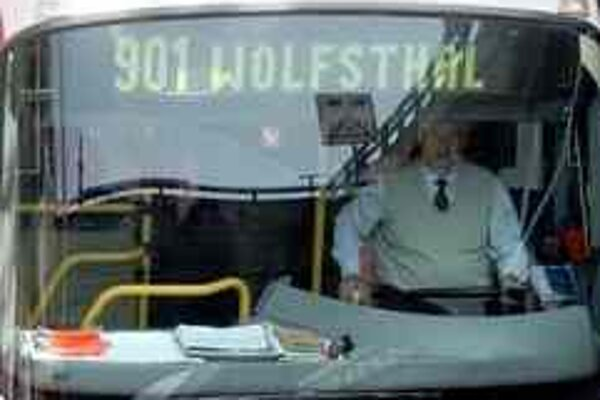 Autobus do Hainburgu už nebude mávať konečnú aj vo Wolfsthale. Dopravný podnik upravil grafikon.