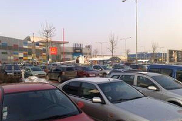 Na parkovisku pri Avione včera nebolo skoro kde stáť. Riaditeľka nákupného centra však tvrdí, že situácia je výrazne lepšia ako vlani.