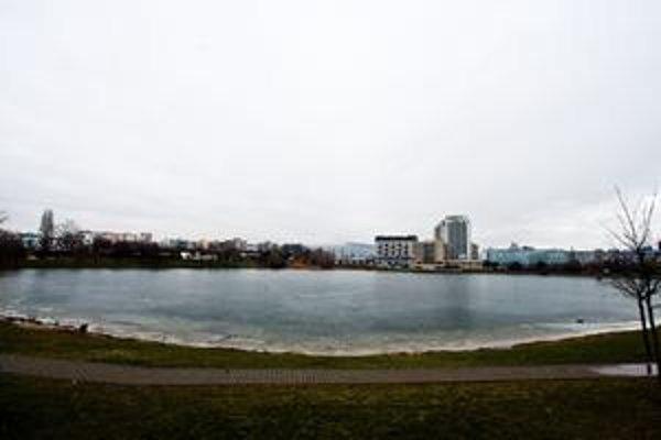 Projekt výstavby okolo Štrkoveckého jazera počíta aj s vybudovaním podzemných garáží. Aktivisti sa obávajú, aký vplyv bude mať stavba na prúdenie spodných vôd a straty samočistiacej schopnosti jazera.