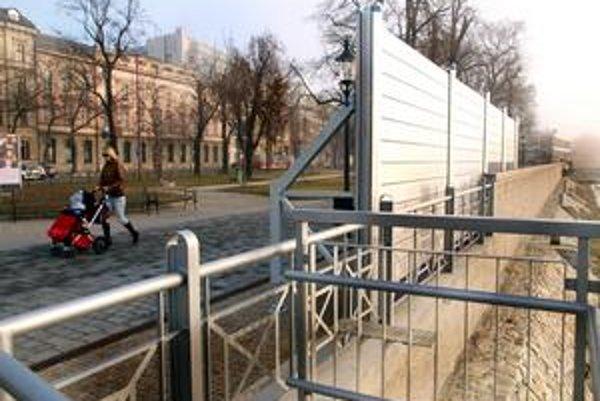 Protipovodňovú ochranu začali stavať vo februári 2007.Trojročná stavba je rozdelená do deviatich častí.