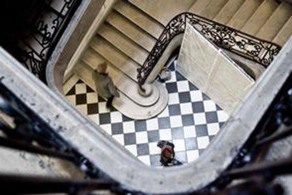 Budova Vysokej školy výtvarných umení je plná schodov.