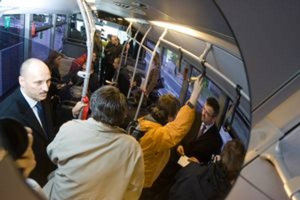 Pre bratislavský dopravný podnik pracuje 26 revízorov, medzi nimi je aj jedna žena. Niektorí kontrolujú cestovné lístky už dvadsať rokov.