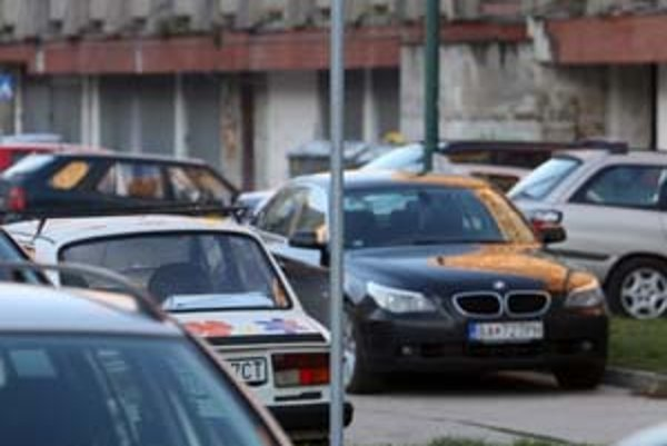 Na vyhradené parkovanie Petržalka vyčlenila asi 1 600 miest, desať percent zo všetkých v mestskej časti. Zatiaľ sa o ne uchádzalo len do dvesto uchádzačov. Malý záujem Petržalčanov súvisí s cenou vyše 18-tisíc korún (okolo 600 eur) za rok aj s tým, že tre