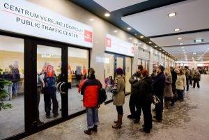 V predajni dopravného podniku na Hodžovom námestí sa v rade na lístky čakalo do dvadsať minút.