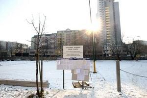 Na bývalom parkovisku medzi Palkovičovou a Záhradníckou má vzniknúť 11-podlažný polyfunkčný objekt. Na jeseň investor, ktorému pozemok patrí, plochu ohradil. Záujemcom ponúkol spoplatnené parkovanie pod podmienkou, že podpíšu súhlas s výstavbou. Zdôvodnil