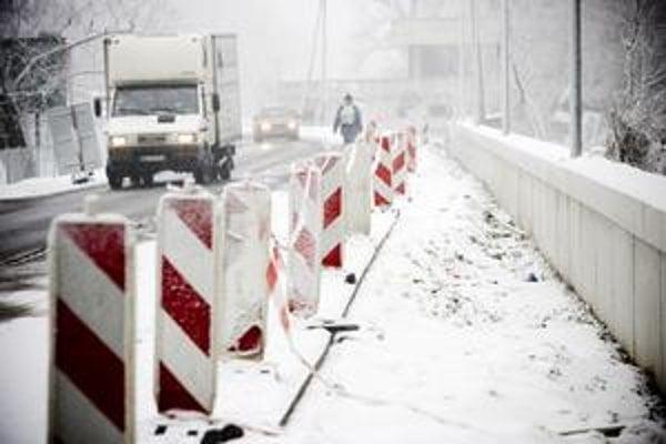 Otvorenie neprejazdného úseku Viedenskej cesty čaká na dokončenie stavby protipovodňového múru.