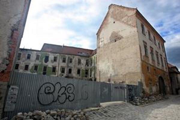 Palác na Kapitulskej chátra už roky, filmári ho využívali ako kulisu pre vojnové ruiny.
