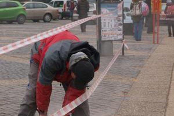 Zábrany na Hodžovom námestí už merajú. Stĺpiky prepojené reťazami tu majú pribudnúť najneskôr v marci.