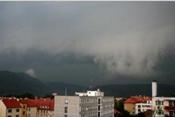 Búrka sa približuje od Žiaru nad Hronom na Zvolen.