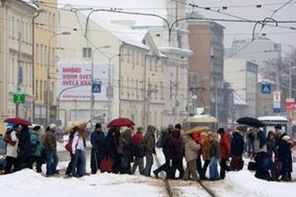 Situácia v centre bola včera kritická, hromady snehu museli vyvážať. Chodci sa pohybovali len po vyšliapaných chodníčkoch.