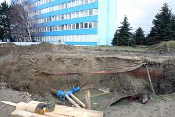Veľkú víkendovú haváriu na Bojnickej ulici odstraňovali ešte včera, priľahlý trávnik bol premočený a plný bahna. Prasknutím hlavného vodovodného potrubia bola východná časť Bratislavy chvíľu bez vody. Dnes už sú dodávky obnovené.