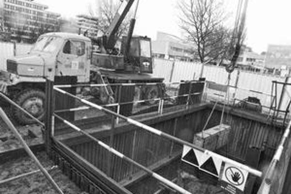 Opravy viac ako dvojkilometrového vodovodu na Tomášikovej ulici sa začali vlani, trvať majú až do budúceho roku.