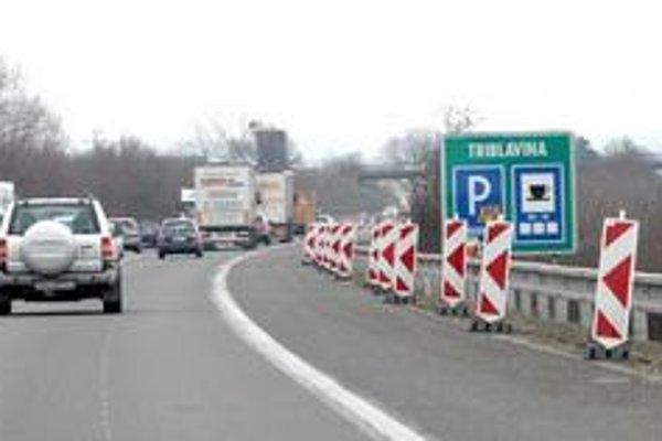 Cez víkend sa na diaľnici D 1 začalo s rozmiestňovaním prenosného značenia, včera už pruhy boli napríklad pri Triblavine zúžené, sanuje sa tu krajnica.
