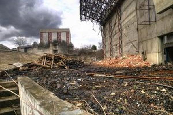 Hlavná časť amfiteátra, pódium, už nemá bočné steny, hľadisko je zrovnané so zemou. Podľa stavebného úradu sú tieto zásahy nepovolené.