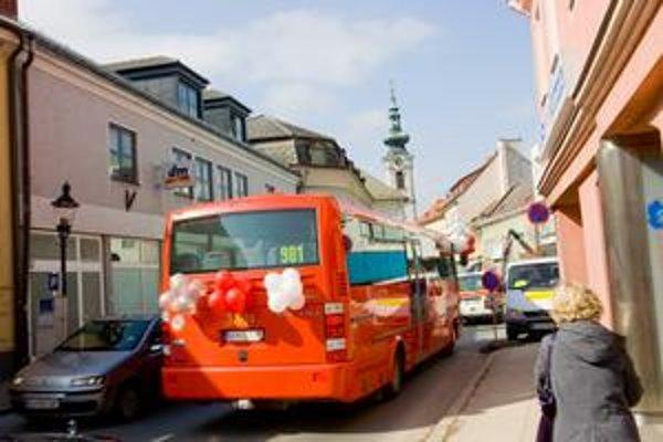 Autobus do Hainburgu začal premávať v sobotu  asi po dvojročných rokovaniach. Dopravnému podniku chýbala licencia na jeho prevádzku.