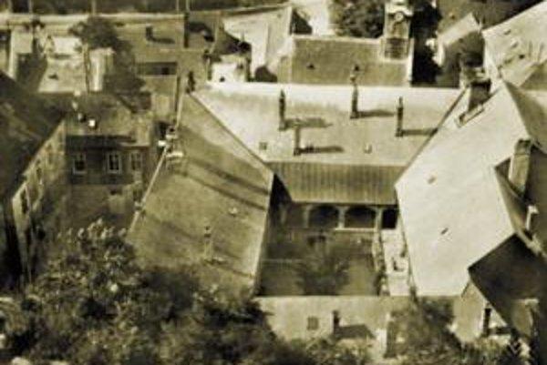 Pohľad z Bubenkovej ulice na Kamperovu kúriu s kostolíkom na Zuckermandli okolo roku 1950.