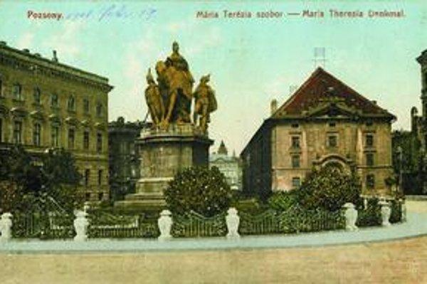 Pohľad na Korunovačné námestie so sochou Márie Terézie. Vedľa obilná sýpka zbúraná v roku 1911.