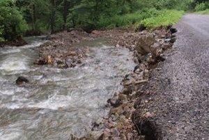 Voda na dvoch miestach v obci podvihla asfalt na ceste.