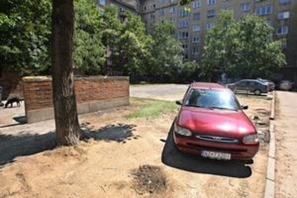 Vodiči dnes parkujú aj uprostred dvora, ničia hlavne trávnik. Pribudnúť majú stĺpiky a dokonca aj rampa.