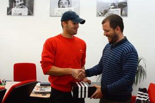 Pavol Bureš (vľavo) z Balistonu Bernolákovo preberá z rúk nášho šéfredaktora Matúša Kostolného kopačky ako cenu pre najlepšieho strelca Zimného turnaja BFZ seniorov.